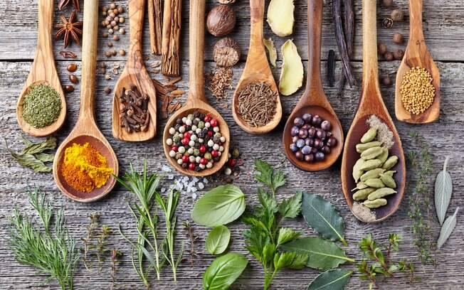 Como substituir o sal na cozinha? Aposte em temperos frescos ou desidratados e aproveite os benefícios deles
