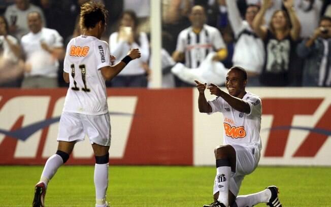 28 de julho de 2011 - Na derrota do Santos  para o Flamengo por 5 a 4 no Brasileirão de 2011,  marcou o gol que foi eleito pela Fifa o mais  bonito do ano