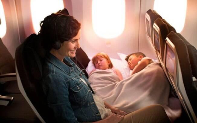 Companhia aérea cria espaço na classe econômica para tornar a viagem de avião mais tranquila para pais e filhos