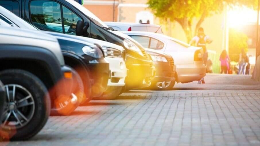 Estacionar o carro na calçada é uma inflação grave que pode render 5 pontos na CNH e mais R$  195,23