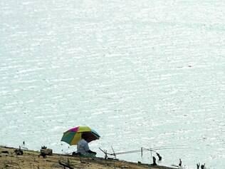 Rotina.  Mesmo com o nível de água bem abaixo da média, pescadores vão à lagoa em busca de peixes
