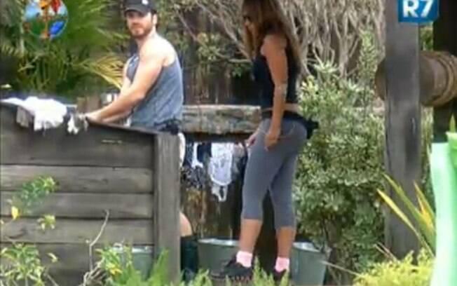 Marlon e Raquel Pacheco conversam na parte externa