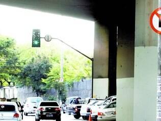 Errado. Vão entre um dos viadutos da Lagoinha e avenida (à direita) é usado como estacionamento
