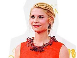 """Claire Danes usou um look vermelho Givenchy com recortes laterais com detalhes em renda durante o Emmy. """"Vestido maravilhoso, romântico e atual"""", opina Marconi."""