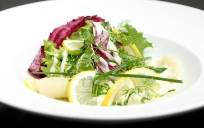 Receita de Carpaccio de bacalhau com mesclado de folhas e creme azedo de limão siciliano com coentro