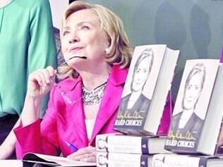 Lançamento. Ex-primeira dama Hillary Clinton autografou cópias de seu novo livro ontem, em Nova York