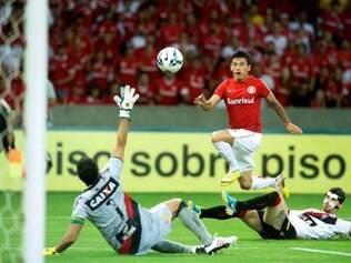 Aránguiz abriu o placar contra o Vitória com um golaço