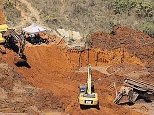 JusTrês pessoas foram soterradas por material de desabou de barragem