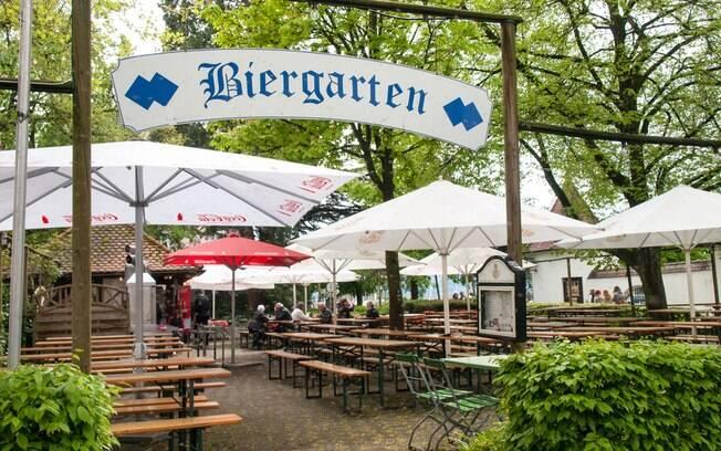 Os Biergartens são espaços abertos de Berlim em que as pessoas podem curtir ao ar livre e degustar cervejas e salsichas