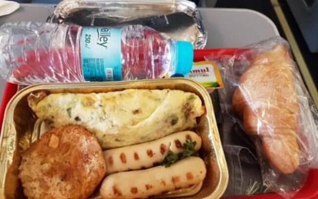 No café da manhã inglês de passageiro, empresa enviou um omelete encharcado
