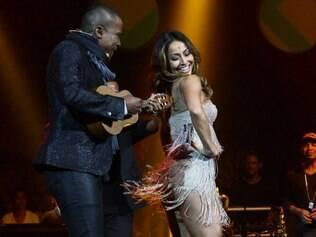 Alexandre Pires canta para Sabrina Sato, que usava um vestidinho curtíssimo, cheio de franjas