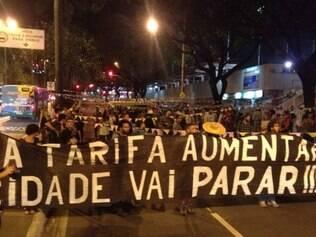 Manifestantes fazem quadrilha como forma de protesto