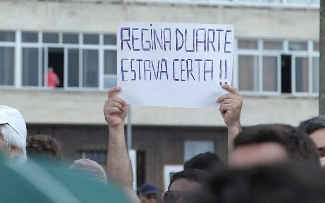 Manifestante ergue cartaz, durante protesto contra o governo Dilma, em Copacabana, Rio de Janeiro. Foto: Marcello Sá Barretto / AgNews