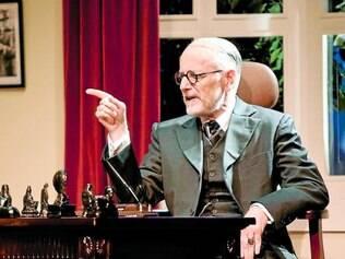 Personagem. Com humor, o ator Hélio Ribeiro dá vida ao criador da psicanálise no espetáculo