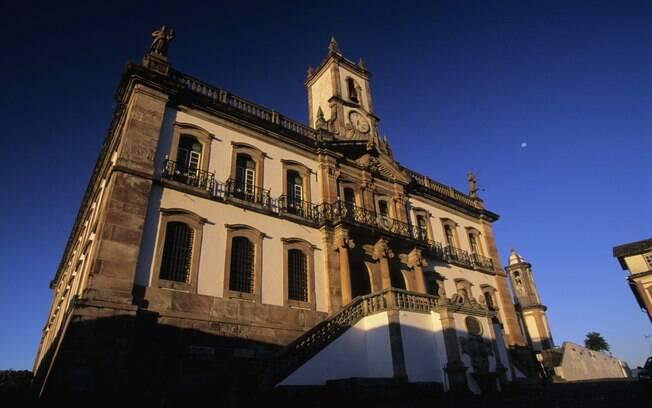 Conhecer os casarões históricos e as igrejas centenárias de Ouro Preto pode ser uma boa opção para este feriado