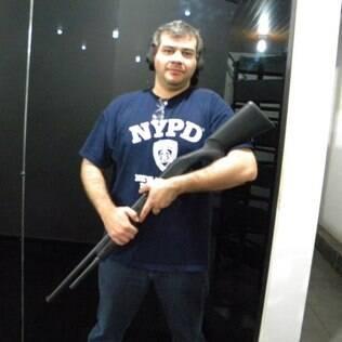 Espingarda é 'muito melhor para defesa pessoal', diz Pavanello do que uma pistola.