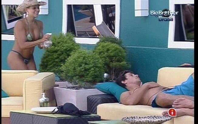 Fabiana tira uma onda com Fael, que demora a perceber