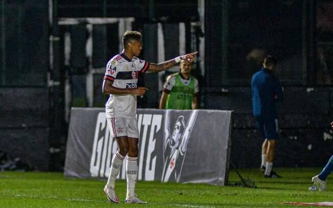 Flamengo vira sobre o Vasco, mantém jejum contra o rival e cola no topo do Brasileiro