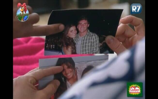 Thiago exibe aos peões as fotos que trouxe de casa