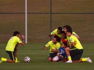 Neymar reúne os companheiros e fotografa o garoto