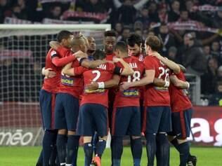 Jogadores do Lille se reuniram no centro do gramado e ficaram em silêncio