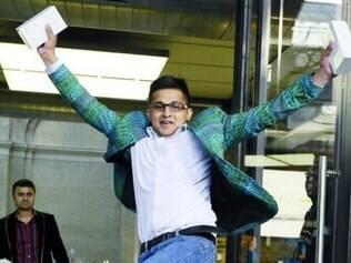 É meu! Sam Sheikh e Jameel Ahmed, os primeiros da fila numa loja Apple em Londres