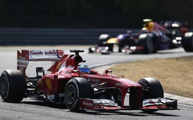 Fernando Alonso conduz a Ferrari na Hungria