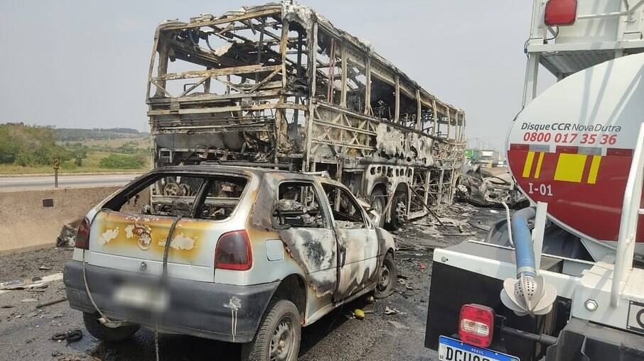Veículos envolvidos no acidente que foram carbonizados