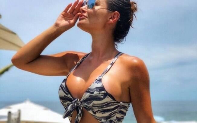 Laura Keller exibe seu corpão durante as férias em Búzios