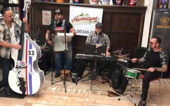 A hamburgueria CIA 66 oferece shows de música ao vivo
