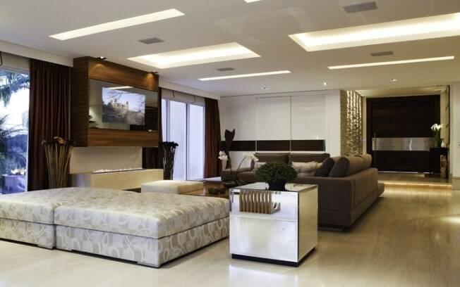 Living integrado à sala de jantar possui decoração harmoniosa com tonalidades quentes e neutras