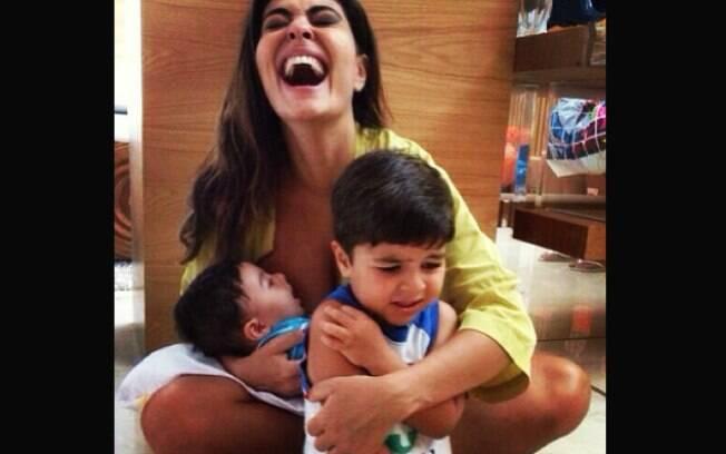 Enquanto amamenta Antônio, Juliana Paes se diverte com Pedro