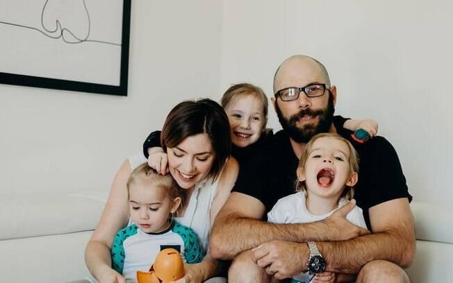 A australiana Peta Tuck e o marido dividem a cama com suas três filhas e garantem que isso não afeta a vida sexual deles