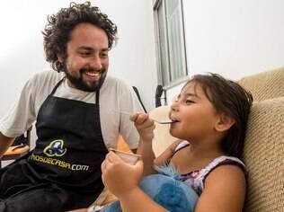 Alex e a filha de cinco anos: enquanto um trabalha, o outro