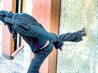 Atos em Curitiba começaram pacíficos, mas depois houve vandalismo