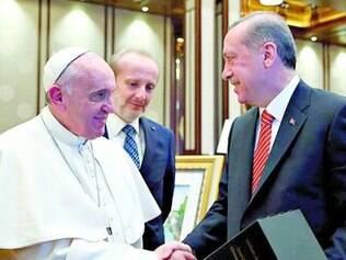 Francisco cumprimenta o presidente turco, Recep Tayyip Erdogan