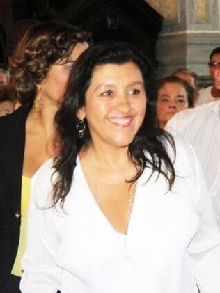 Regina Casé celebra missa ao lado de Dona Canô