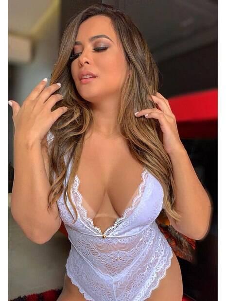 Geisy Arruda posta foto sensual usando apenas uma lingerie branca