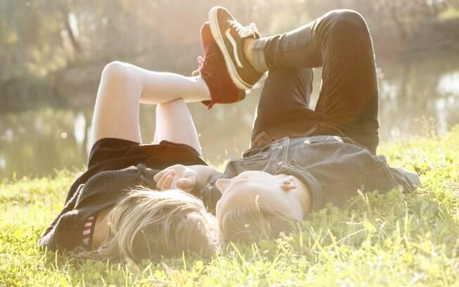 Falar sobre o ex nem sempre é ruim, pois evita erros do namoro anterior no relacionamento atual