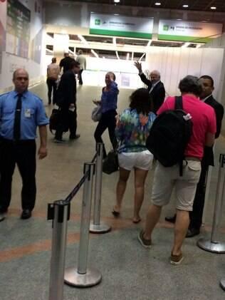Pedro Simon acena para os funcionários que foram ao aeroporto de Brasília para se despedir