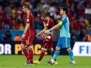 Torres, Iniesta e Casillas saem de campo após eliminação espanhola