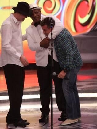 Ao lado de Daniel Jobim, Mike Tyson aplica chave de braço em Luciano Huck
