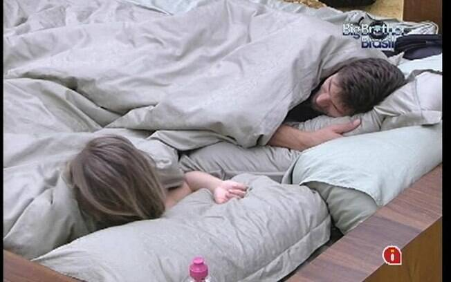 Jonas e Renata se divertem imaginando o que Pedro Bial falará sobre a recaída do casal