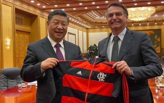 Bolsonaro está na China e entregou um agasalho do Flamengo ao presidente do país,  Xi Jinping