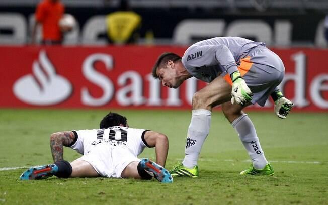 Victor se irrita com Salgueiro, que pediu  pênalti para o Olimpia