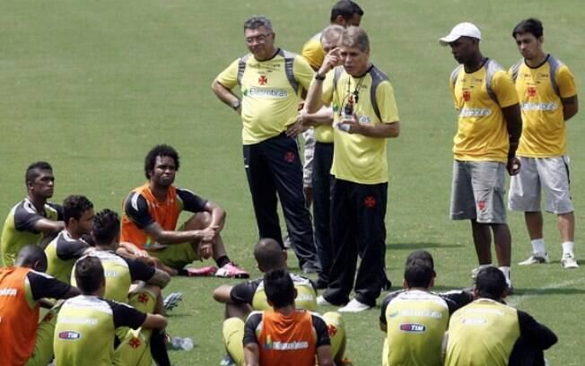 Paulo Autuori comanda treino no Vasco