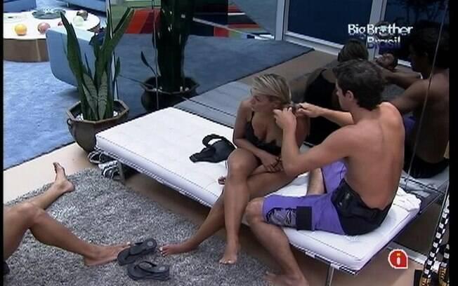Fael mostra que domina a técnica ao trançar os cabelos de Fabiana