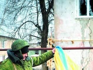 Soldado rebelde pró-Rússia rasga bandeira da Ucrânia