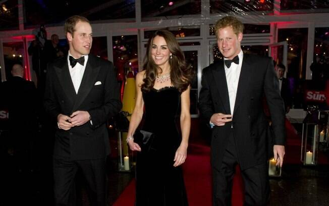 Kate Middleton cercada pelo marido, o Príncipe William, e o cunhado, Harry