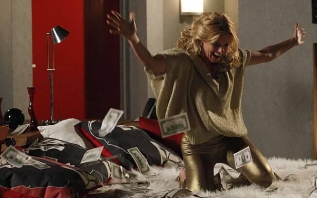 Teodora dança e comemora debaixo de uma chuva de dólares